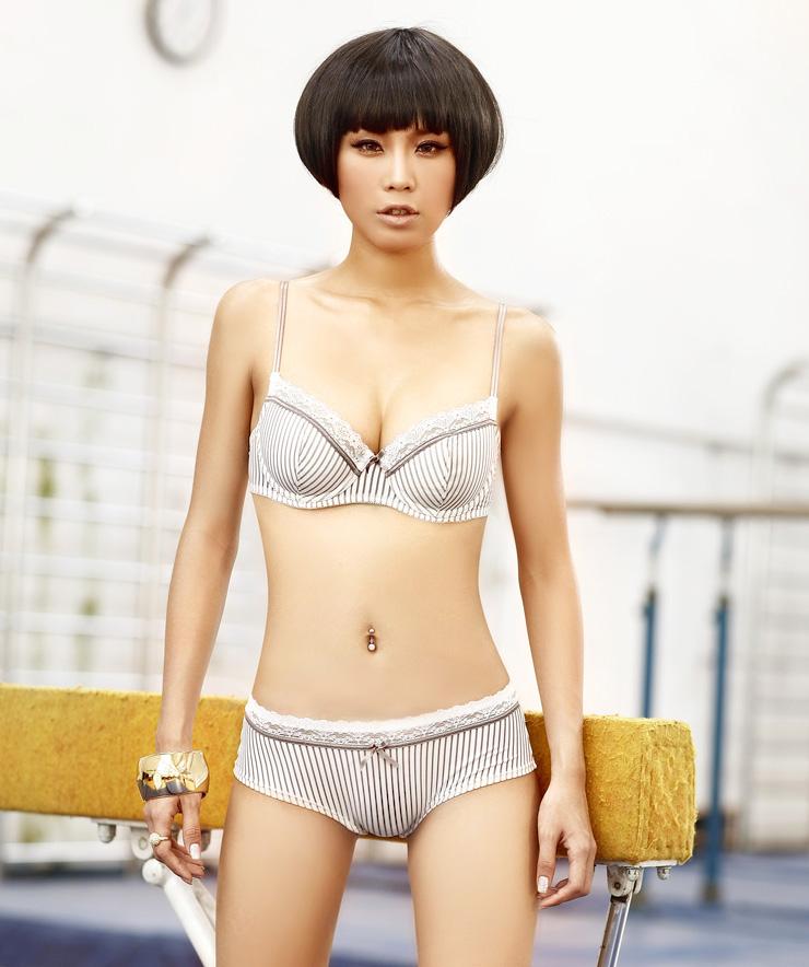 性感的女士内衣模特